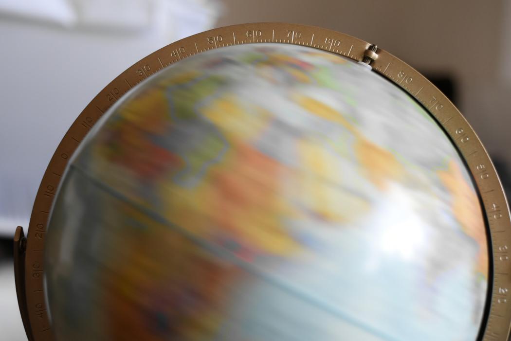Inspiration d'ailleurs avec un globe terrestre en décoration